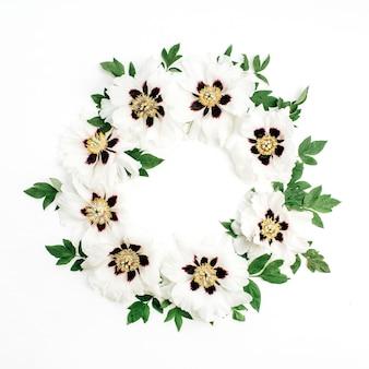 白い背景に白い牡丹の花の花束のフレーム リース。フラットレイ、トップビュー