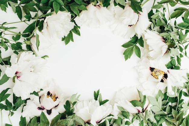 Рамка венок из белых пионов букет цветов на белой поверхности