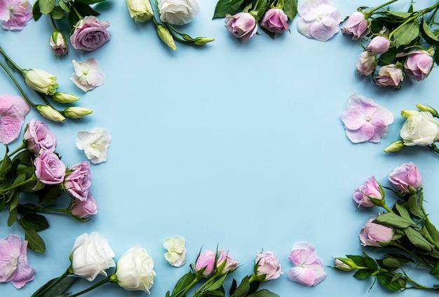 Рамки из цветов на голубом