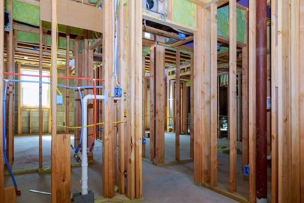 조랑말 벽 및 새 욕조 및 오래된 구리 파이프에 연결되는 새로운 플라스틱 배관 파이프 용 프레임
