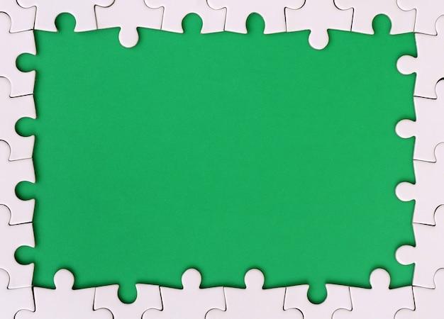 Обрамление в виде прямоугольника, выполненного из белого пазла вокруг зеленой зоны