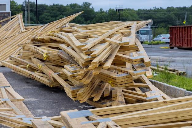 Обрамление каркасной конструкции строящегося деревянного домостроения на новостройке.