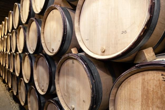 フランスブルゴーニュ2019-06-20ワイナリーセラーに積み上げられた木製のワインオーク樽