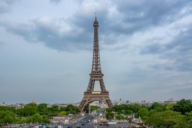 Франция. пасмурный летний вечер в париже возле эйфелевой башни