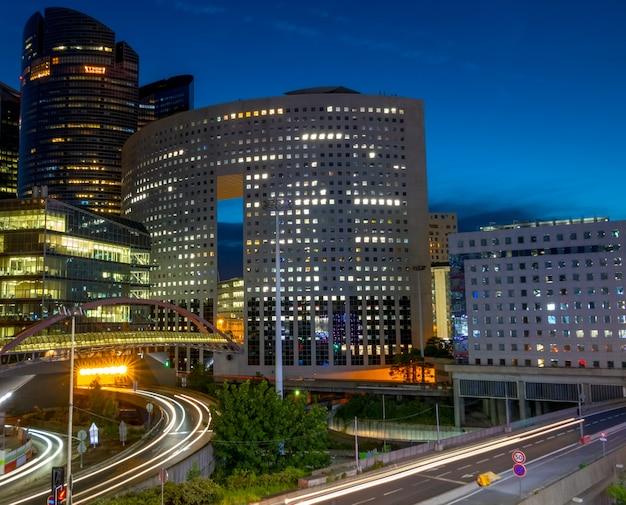 프랑스. 파리의 라 데팡스 지구. 야간 차량 교통