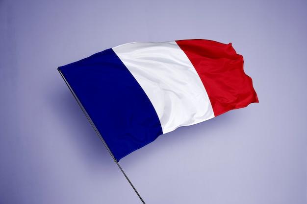 背景にフランスの旗