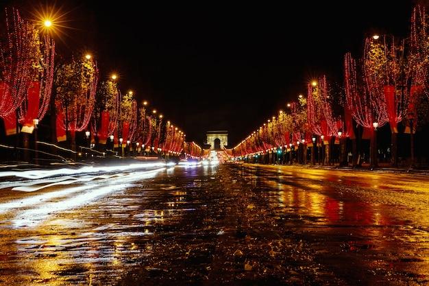 フランス、パリ、夜のシャンゼリゼ。