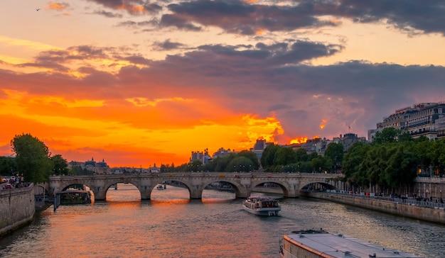 フランス。パリ。セーヌ川とプレジャーボートに沈むカラフルな夕日