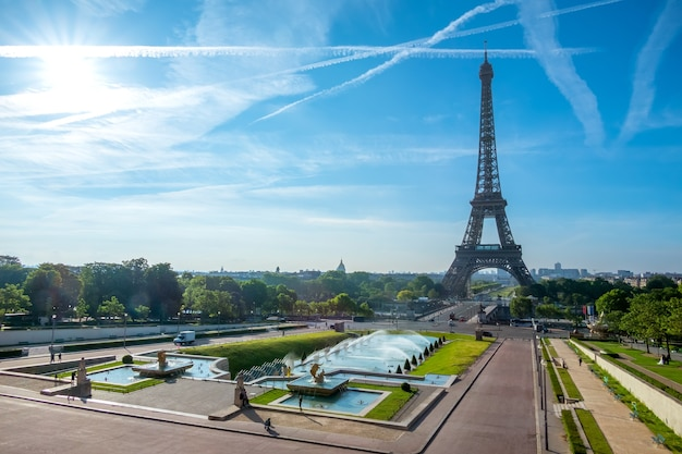 Франция. париж. день. эйфелева башня и сады трокадеро. голубое небо и облака