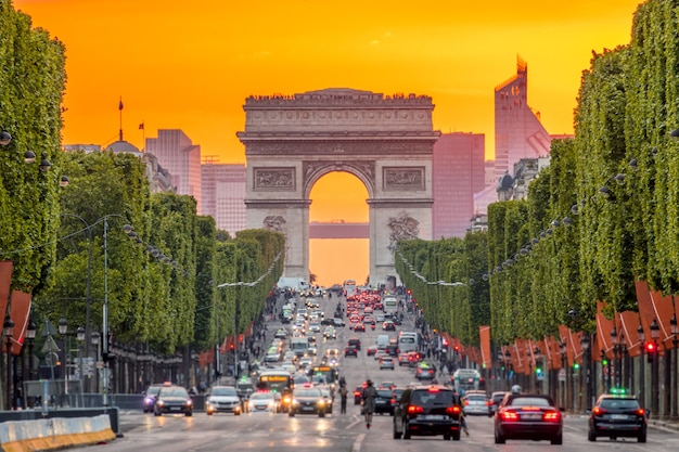 フランス。パリ。シャンゼリゼ通りの渋滞。凱旋門。黄金の夕日