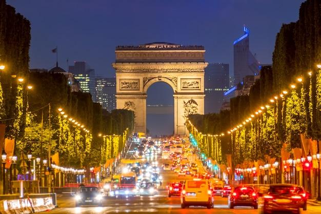 フランス。パリ。シャンゼリゼ通りの渋滞。凱旋門。夜