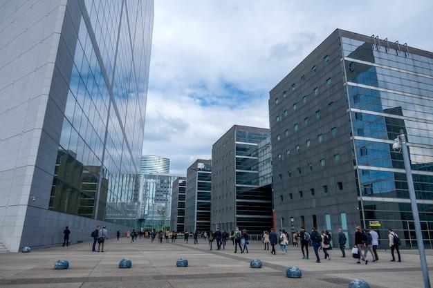 Франция. париж. район ла дефанс. современные офисные здания и пешеходная зона