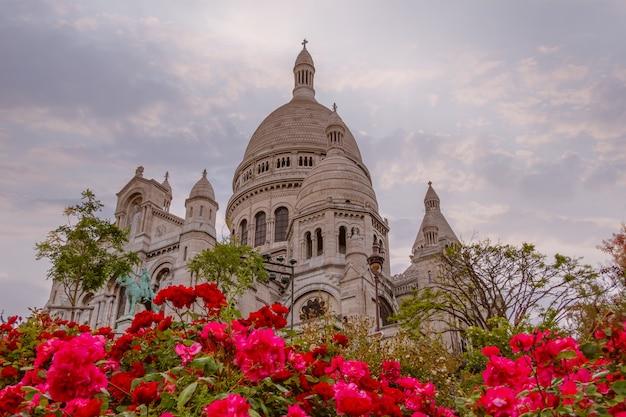 Франция. париж. ранний вечер у собора сакре-кёр. красные розы на переднем плане