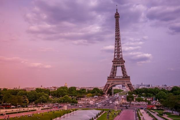 フランス。パリ。エッフェル塔とトロカデロ庭園の噴水。ピンクの夏の夜