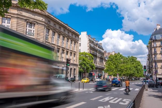 Франция. париж. улица в центре города с оживленным движением. солнечный летний день