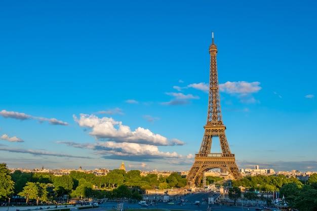 Франция, париж. летний вечер. движение возле эйфелевой башни
