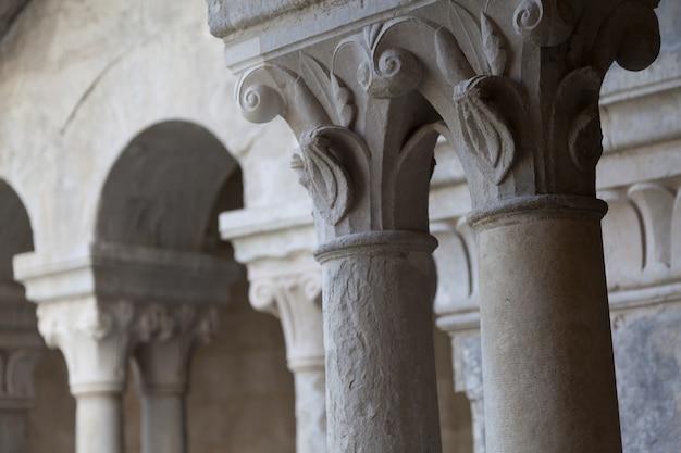 프랑스, 프로방스. senanque 수도원 복도 세부 사항입니다. 이 사진에는 800년 이상의 역사가 있습니다.