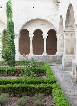 프랑스, 프로방스. senanque 수도원 정원 세부 사항입니다. 이 사진에는 800년 이상의 역사가 있습니다.