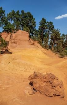 Франция - руссильон, известный своими большими залежами охры, обнаруженными в глине, окружающей деревню.