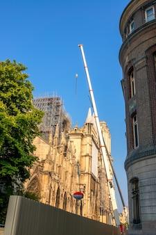 프랑스. 파리의 여름 화창한 날. 좁은 길. 크레인, 2019년 화재 이후 노트르담 대성당 복원