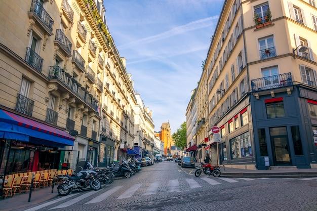 Франция. летний солнечный день на улице парижа. район монмартр