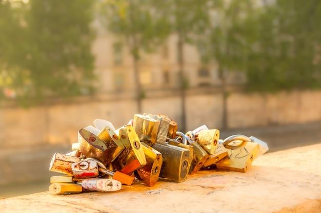 Франция. солнечное летнее утро в париже на набережной сены. к гранитному парапету приковано несколько замков.