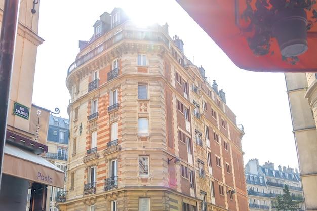 Франция. солнечное летнее утро на парижской улице галанде. старое высотное здание