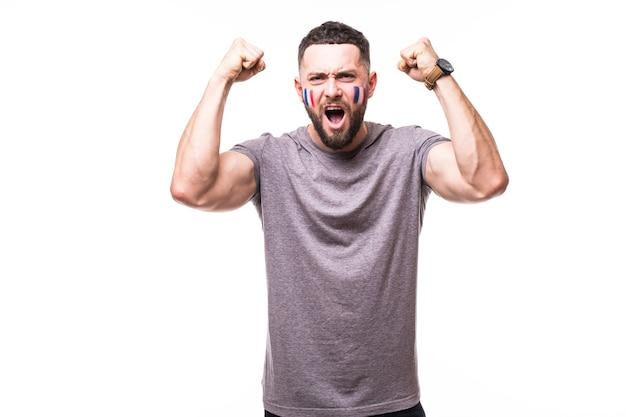 Франция побеждает. победа, счастье и голые эмоции болельщика футбола франции в игровой поддержке сборной франции на белом фоне. концепция футбольных фанатов.