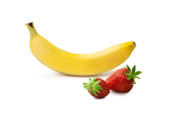 신선한 바나나와 딸기 흰색 배경에 고립