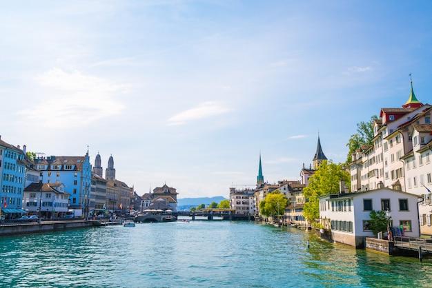 有名なfraumunsterとgrossmunster教会とリマット川のあるチューリッヒ市内中心部