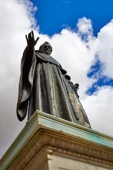 Скульптура брата луиса де леона в саламанке