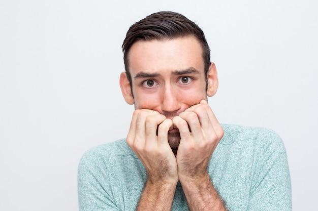 Макрофотография нервного молодого человека freaking out