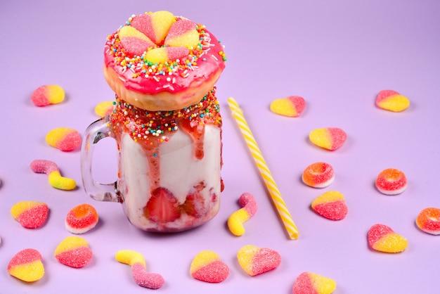 フリークシェイク。いちご、ゼリー菓子、ドーナツとの極端なミルクセーキ。