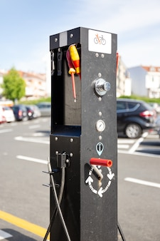 야외 공용 주차장에 위치한 무료 자전거 청소 및 수리 포스트. 갈리시아, 스페인