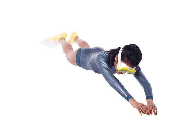 무료 다이버 여성 우리 스쿠버 다이빙 잠수복과 스노클링 지느러미. 검게 그을린 피부 프리 다이브 여성은 전체 길이 몸에서 격리된 흰색 배경 위에 수중으로 포즈를 취합니다.