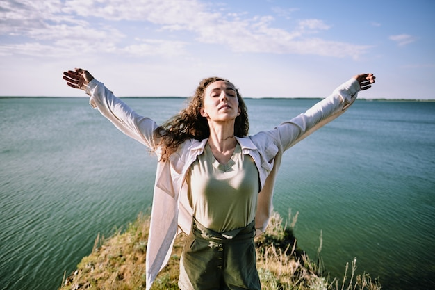 Свободная девушка, чувствуя ветер в море