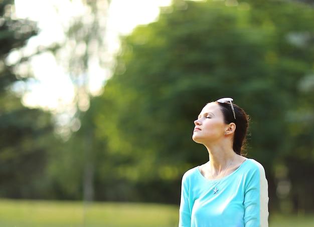 자연을 즐기는 무료 행복 한 여자. 뷰티 소녀 야외. 자유 개념. 하늘과 태양에 아름다움 소녀입니다. 태양열. 향유.