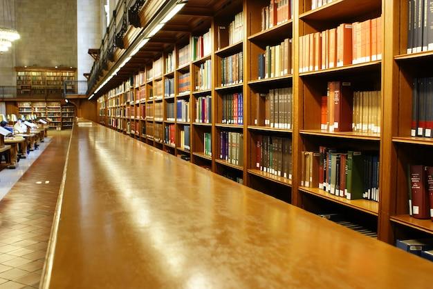 지식을 넓히기 위해 상담 할 수있는 수천 권의 책이있는 무료 공공 도서관. 프리미엄 사진