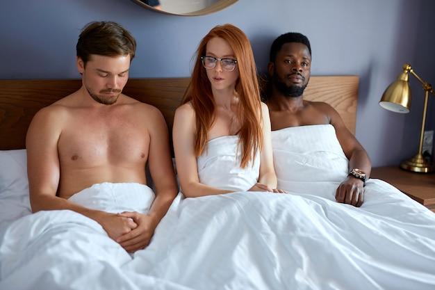 自由な関係の概念。三人組セックス、バイセクシュアル