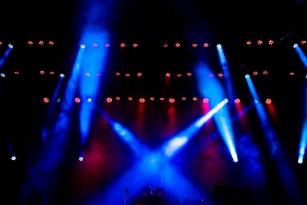 Бесплатная сцена с разноцветным световым оборудованием.