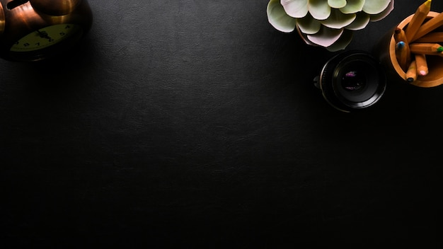 Свободное место на черной поверхности современное рабочее пространство и украшения
