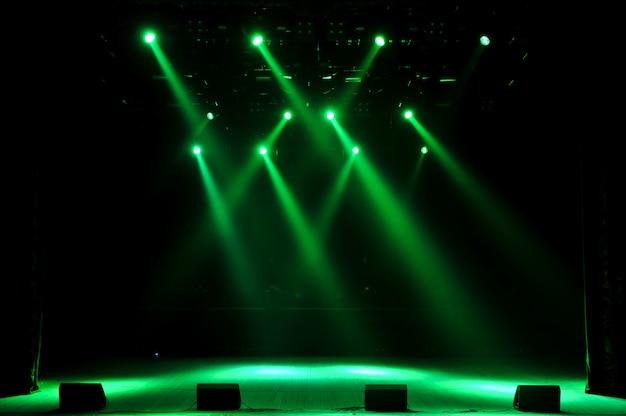 Свободная сцена с огнями, свет с цветными прожекторами и дым.