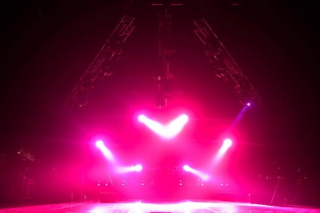 Свободная сцена с огнями, осветительными приборами.