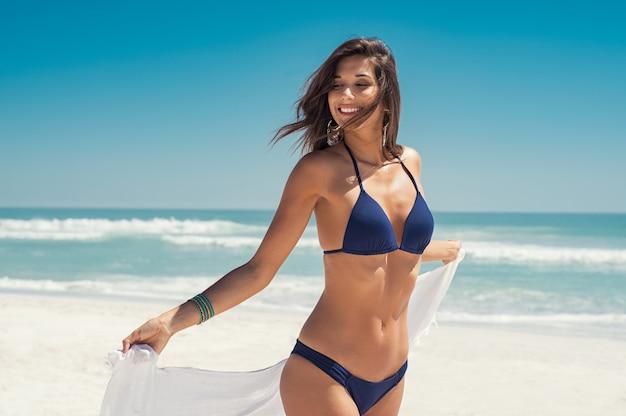 Свободная женщина беззаботная на пляже