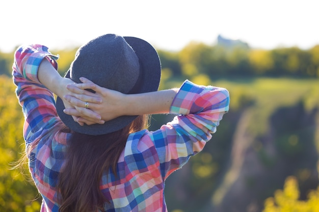 自由-自然の中で美しい十代の少女