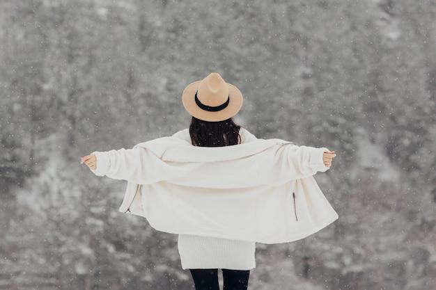 山で冬の旅行を楽しんでいる自由の女の子。