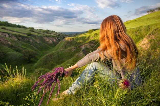 自由-日没時の自然の少女