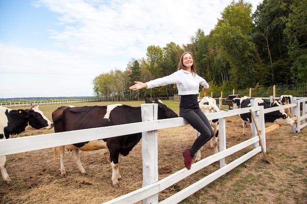 Девушка свободы. сидит на заборе. пауза после работы на молочной ферме. открытый