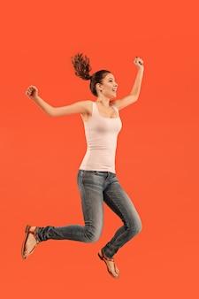 움직이는 자유. 점프 꽤 행복 한 젊은 여자의 공중 샷