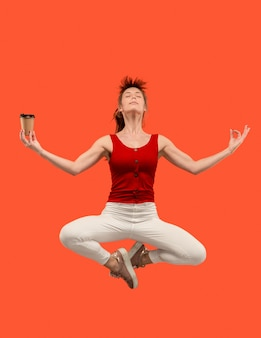 移動の自由。オレンジ色にジャンプするかなり若い女性